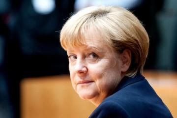 Bundeskanzlerin Angela Merkel (CDU) sitzt am 27.09.2012) im Foto: Maurizio Gambarini dpa