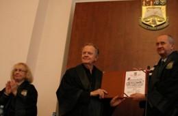 Hayden White la ceremonia de acordate a titlului de doctor honoris causa (Universitatea București, 2007)