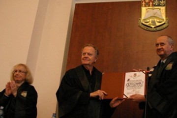 Hayden White la ceremonia de acordate a titlului de doctor honoris causa (Universitatea București, 2007)