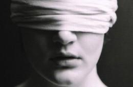 Eseu despre orbire – cum ne închidem ochii deschişi