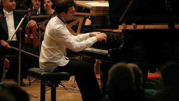 Ateneul Român a fost gazda recitalului cameral al Filarmonicii George Enescu, artistul consacrat acestui moment fiind Vassilis Varvaresos, participant și câștigător al locului III în cadrul Concursului Internațional George Enescu din 2014.